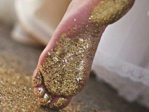 金粉がついた足
