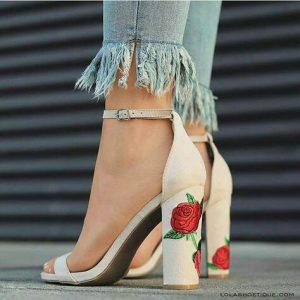 バラの刺繍のヒール