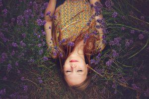 花畑に横たわる女性